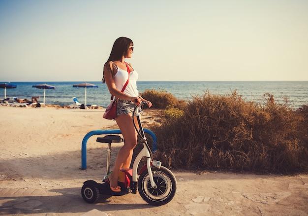 Belle fille à cheval sur la plage