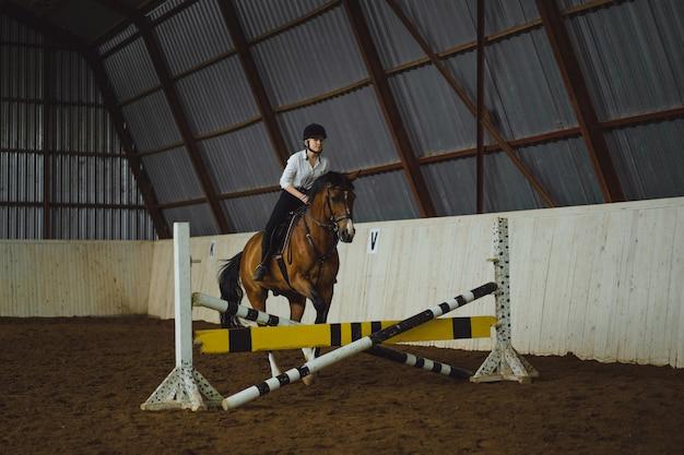Belle fille à cheval