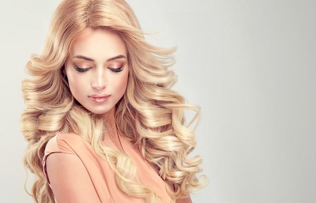 Belle fille cheveux blonds avec une coiffure élégante