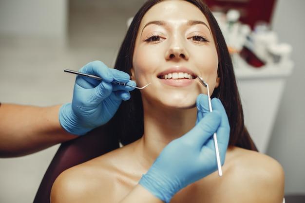 Belle fille chez un dentiste
