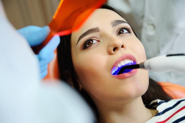 Belle fille chez le dentiste.