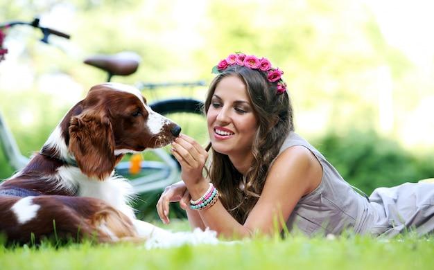 Belle fille avec un chien