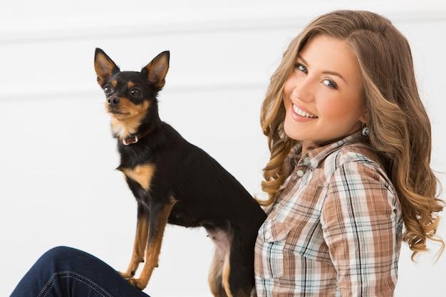 Belle fille avec chien