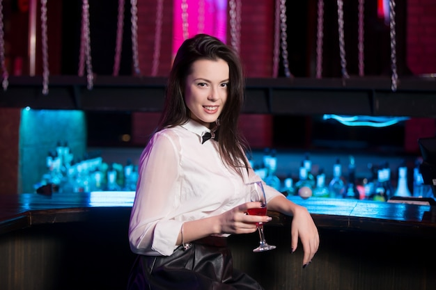 Belle fille avec cocktail
