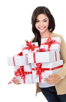Belle fille avec des coffrets cadeaux