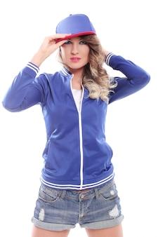 Belle fille colorée avec des boucles portant une casquette