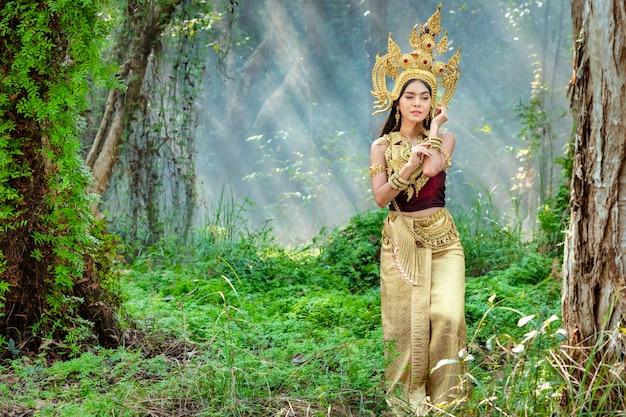 Belle fille avec un costume apsara du concept du cambodge, la culture d'identité du cambodge.