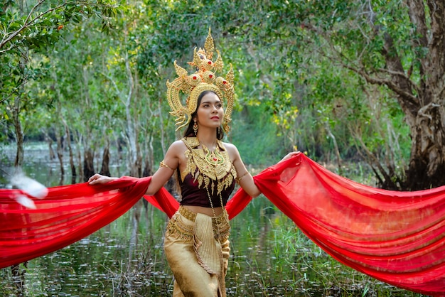 Belle fille avec costume apsara du concept du cambodge, culture d'identité du cambodge.