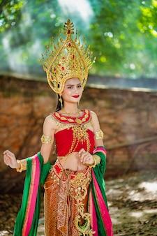 Belle fille avec costume apsara du concept du cambodge, identi