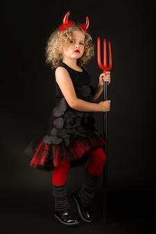 Belle fille en costume de diables