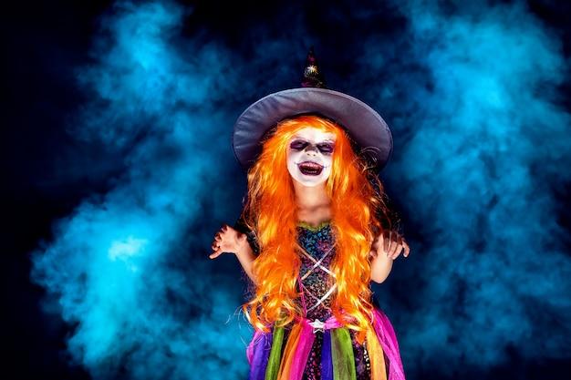 Belle fille en costume de sorcière