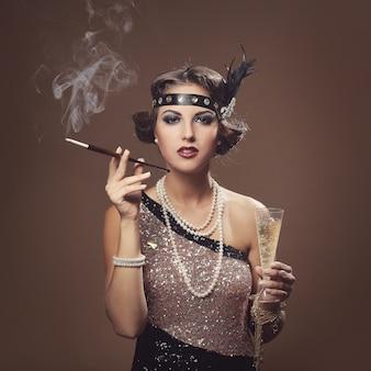 Belle fille avec coupe de champagne