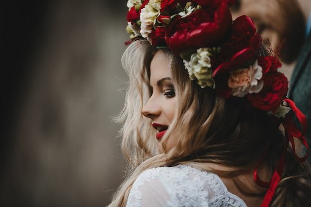 La belle fille a une couronne de fleurs