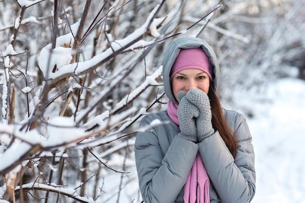 Belle fille dans les bois d'hiver.