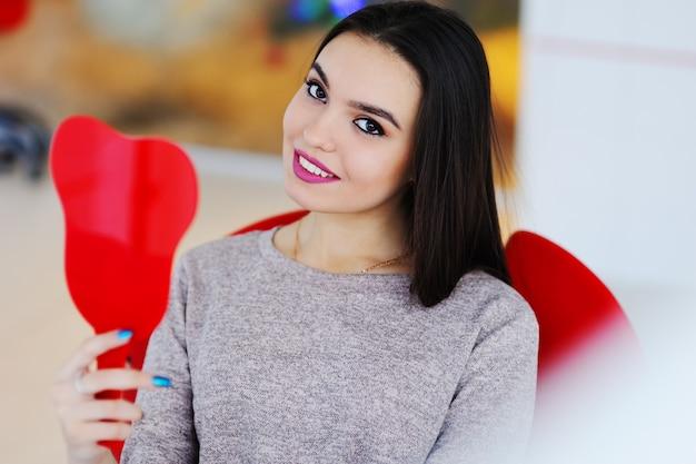 Belle fille dans la chaise du dentiste
