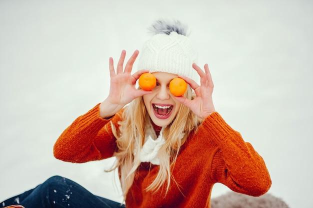 Belle fille dans un joli pull orange