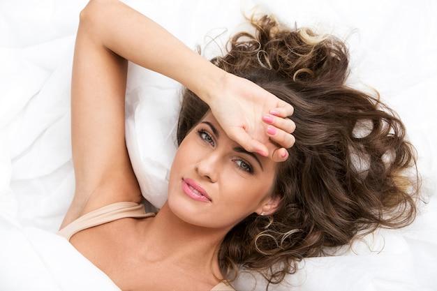 Belle fille dans le lit