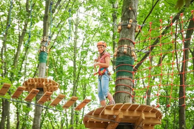 Belle fille dans le parc sur les cordes réaliser à l'extérieur