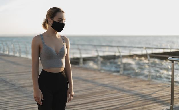 Belle fille dans un respirateur médical au bord de l'océan