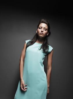 Belle fille dans une robe bleue