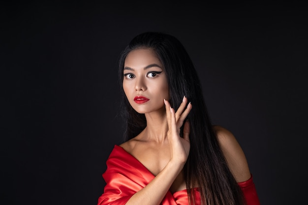 Belle fille dans une robe rouge
