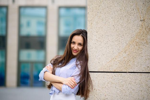 Belle fille dans la rue en souriant.