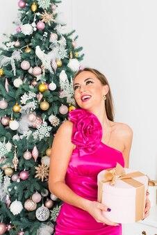 Belle fille dans la salle décorée de noël avec des boîtes-cadeaux. concept de noël et du nouvel an.