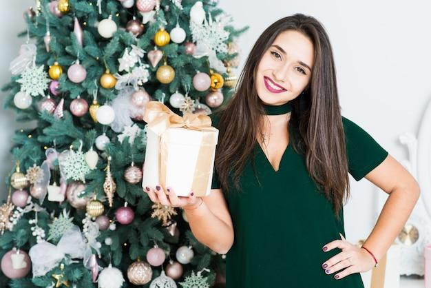 Belle fille dans la salle décorée de noël. concept de noël et du nouvel an.