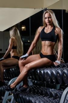 Belle fille dans la salle de gym