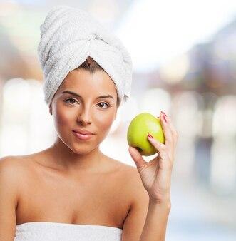 Belle fille dans une serviette à la pomme saine