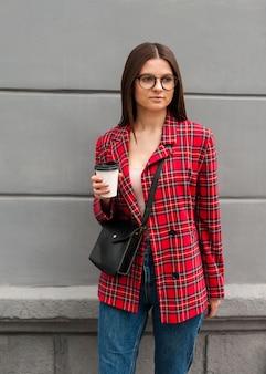 Belle fille dans une veste rouge