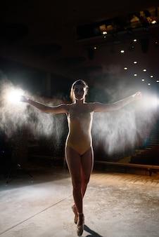 Belle fille danse sur scène
