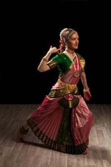 Belle fille danseuse de danse classique indienne bharatanatyam