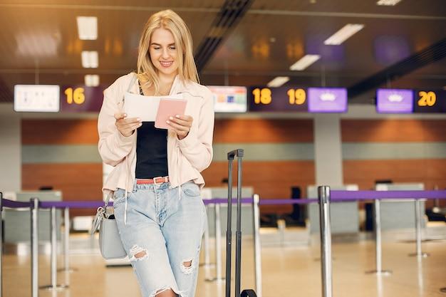 Belle fille debout dans l'aéroport