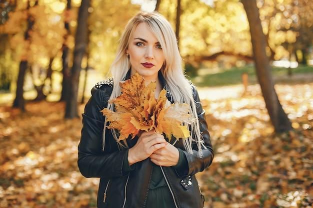 Belle fille debout dans un parc d'été