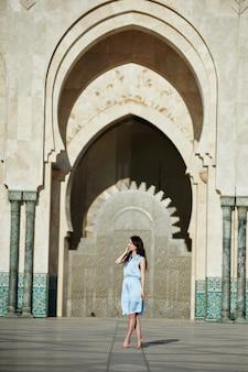 Belle fille debout près de la mosquée hassan ii