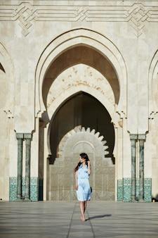 Belle Fille Debout Près De La Mosquée Hassan Ii Photo Premium