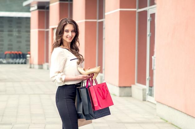 Belle fille détient une excellente chaussure blanche. espace copie