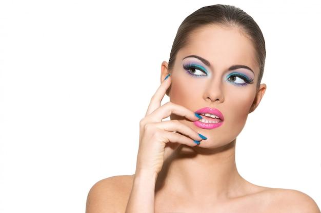 Belle fille avec du maquillage coloré