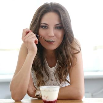 Belle fille avec du yaourt