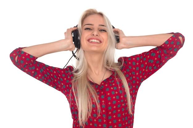 Belle fille écoute de la musique sur des écouteurs