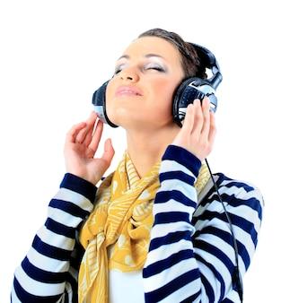 Belle fille avec des écouteurs. isolé sur fond blanc