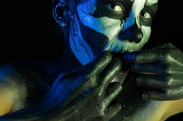 Belle fille effrayante avec un maquillage squelette