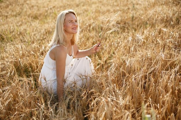 Belle fille élégante dans un champ d'automne