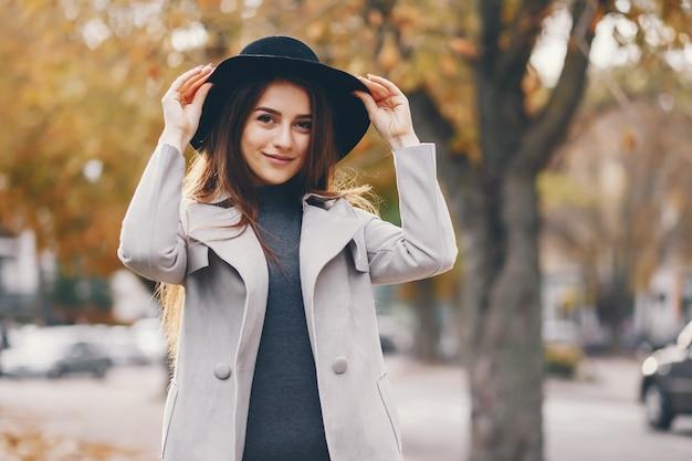 Belle fille élégante se promener dans la ville d'automne