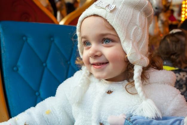 Belle fille d'enfant en bas âge habillée comme une princesse de carnaval.