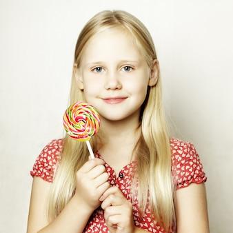 Belle fille enfant avec sucette colorée