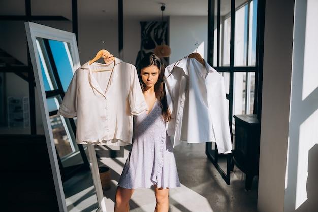 Belle fille essayant de s'habiller dans la chambre