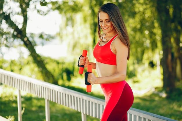 Une belle fille est engagée dans l'exercice du matin dans le parc.