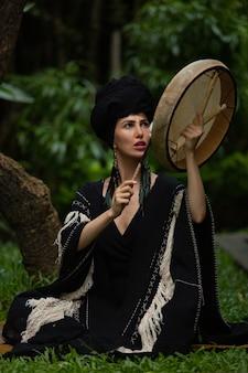 Une belle fille est engagée dans des pratiques chamaniques